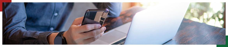 człowiek z laptopem i telefonem komórkowym